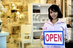 Kleine Geschäftseigentümer: Frau, die ein geöffnetes Zeichen anhält Lizenzfreie Stockfotos