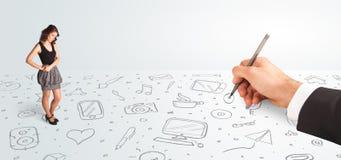 Kleine Geschäftsfrau, die gezeichnete Ikonen und Symbole zur Hand schaut Lizenzfreies Stockfoto