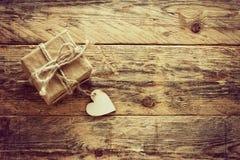 Kleine Geschenkbox des Weinlesevalentinstags Stockfotos