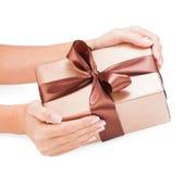 Kleine gift in vrouwenhanden Royalty-vrije Stock Foto