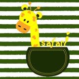Kleine Giraffe in einer Tasche auf einem gestreiften Hintergrund T-Shirt Design für Kinder Das Design des Babys kleidet Vektorill Lizenzfreies Stockbild