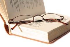 Kleine Gläser auf Buch Lizenzfreie Stockfotografie