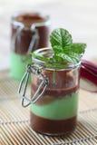 Kleine Gläser mit Minze- und Schokoladensahne Stockfotos