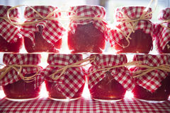 Kleine Gläser Tomatensauce Lizenzfreies Stockfoto