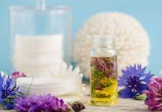 Kleine glasfles aroma kosmetische olie met bloemenuittreksels royalty-vrije stock foto's