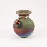 Kleine glasig-glänzende keramische Urne stockfotos