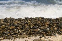 Kleine glatte Felsen auf Küste Stockfotos
