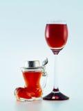 Kleine glazen die met alcoholische drank worden gevuld Stock Fotografie