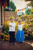Kleine glimlachende siblings bij verjaardagspartij Stock Fotografie