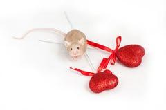 Kleine goldene Maus sitzt auf einem weißen Hintergrund Stockfotos