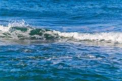Kleine golf in het blauwe overzees royalty-vrije stock afbeeldingen