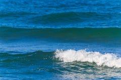 Kleine golven en blauwe overzees stock afbeelding