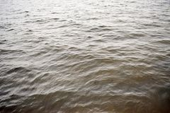Kleine golven op de rivier Stock Foto