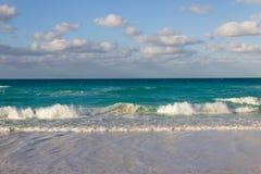 Kleine golven op het strand stock fotografie