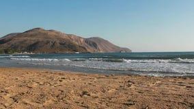 Kleine golven, zandig strand stock footage
