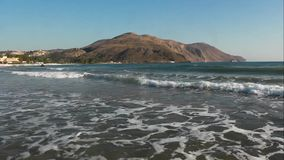 Kleine golven, zandig strand stock video