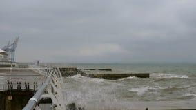Kleine golvenspleten met golfbreker in de Zwarte Zee dichtbij Odessa Kustlijn, het bespatten, die seafoam verpletteren stock footage