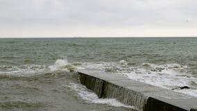 Kleine golvenspleten met golfbreker in de Zwarte Zee dichtbij Odessa Kustlijn, het bespatten, die seafoam verpletteren stock video