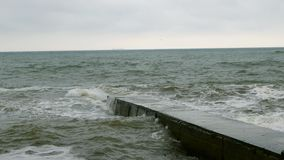 Kleine golvenspleten met golfbreker in de Zwarte Zee dichtbij Odessa Kustlijn, het bespatten, die seafoam verpletteren stock videobeelden