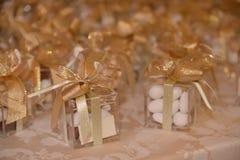 Kleine gouden gunsten voor suikergoed stock foto