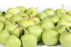 Kleine grüne Äpfel auf Weiß Stockfotos