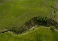 Kleine grüne Schlucht zwischen Seen - Brummenfotoansicht von oben lizenzfreie stockbilder