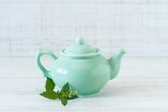 Kleine grüne Teekanne der Weinlese Stockfotografie