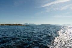 Kleine Griekse stad op een kustlijn stock foto