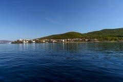 Kleine Griekse stad op een kustlijn royalty-vrije stock foto's