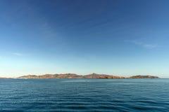 Kleine Griekse stad op een kustlijn royalty-vrije stock foto