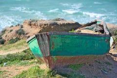 Kleine groene boot op kust Royalty-vrije Stock Foto's
