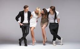 Kleine Gruppe lachende Modelle lizenzfreie stockfotos