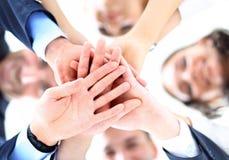 Kleine Gruppe Geschäftsleute, die Händen sich anschließen