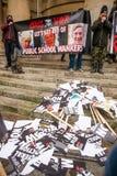 Kleine Gruppe verärgerte Antiregierungsanarchisten inszenieren einen Protest an Portland-Platz, London stockfotografie