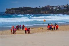 Kleine Gruppen Leibgarde auf Bondi-Strand, Sydney, Australien stockfotografie
