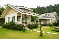 Kleine Häuser auf dem Rasen Stockfoto