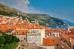 Kleine Häuser mit roten Dächern in der alten Stadt Dubrovniks Lizenzfreies Stockbild