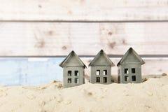 Kleine Häuser am Strand stockfoto
