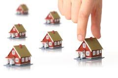 Kleine Häuser und Hand. stockfotografie