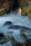 Kleine Höhle am Seeuferhintergrund Lizenzfreie Stockfotos