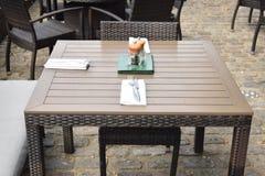 Kleine hölzerne Cafétabelle eingestellt für zwei Stockbild