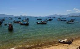Kleine hölzerne Fischerboote im Südchinesisches Meer, Vietnam Lizenzfreies Stockfoto