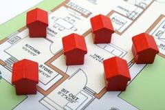 Kleine hölzerne Häuser auf einem Plan Stockfoto