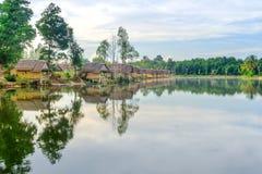 Kleine hölzerne Häuser am Dschungel Stockbilder