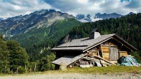 Kleine hölzerne Kabine in den Alpenbergen stockfoto