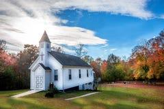 Kleine hölzerne Kirche in der Landschaft während des Herbstes Lizenzfreie Stockbilder