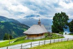 Kleine hölzerne Kirche oder Kapelle in den Alpenbergen lizenzfreies stockbild