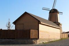 Kleine hölzerne Mühle Stockfotos