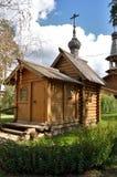 Kleine hölzerne orthodoxe Kapelle mit einer Haube Stockbilder