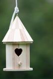 Kleine hölzerne Vogelhaus-Nahaufnahme Lizenzfreie Stockfotografie